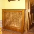 Cubrerradiador en madera de pino teñido. A medida