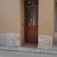 Puerta de entrada enrasada con cristal y montante.