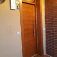 puerta de entrada en pino porciones iguales. Color cerezo