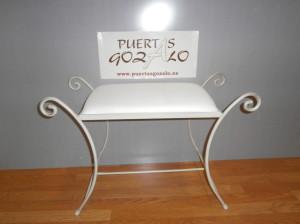 Descalzadera forja asiento tapizado. Acabado crema/ oro. PRECIO : 50,00€ ( ii). transporte no incluido.